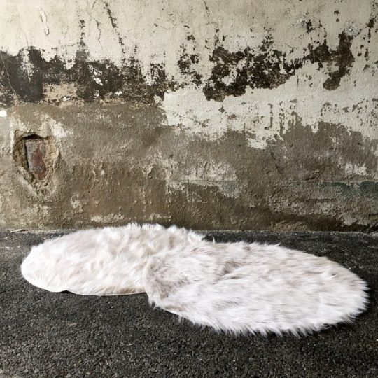 Tapis fourrure beige