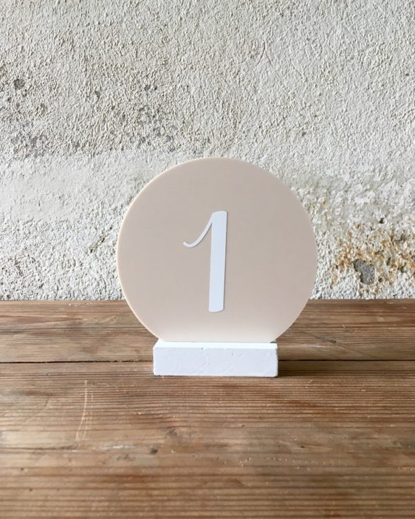 Numéro de table rond beige